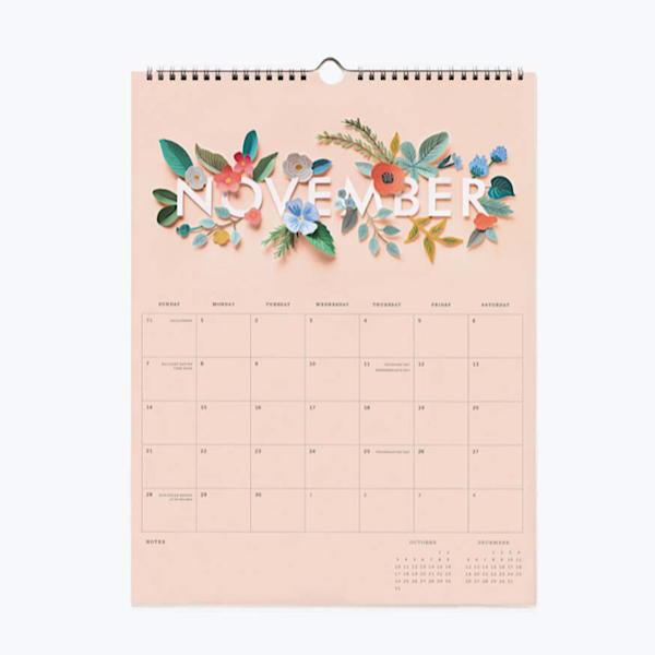Calendario 2021 en cartulina con motivos florales, mes vista en formato vertical y color salmón, encuadernado en espiral