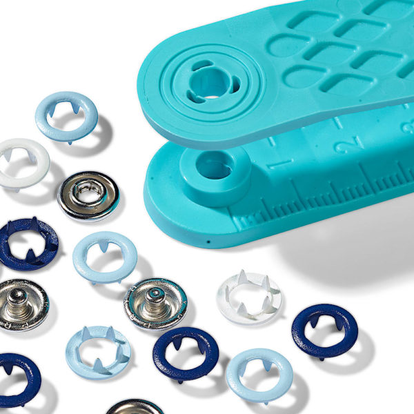 Pack de 21 botones de presión y la herramienta para ponerlos, en dos tonos de azul y blanco