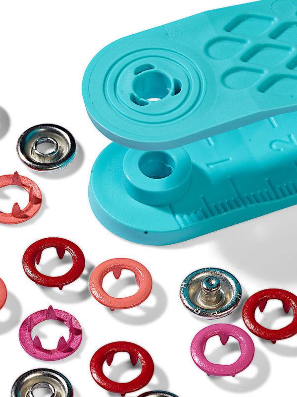 Pack de 21 botones de presión y la herramienta para ponerlos, en tres tonos de rojo