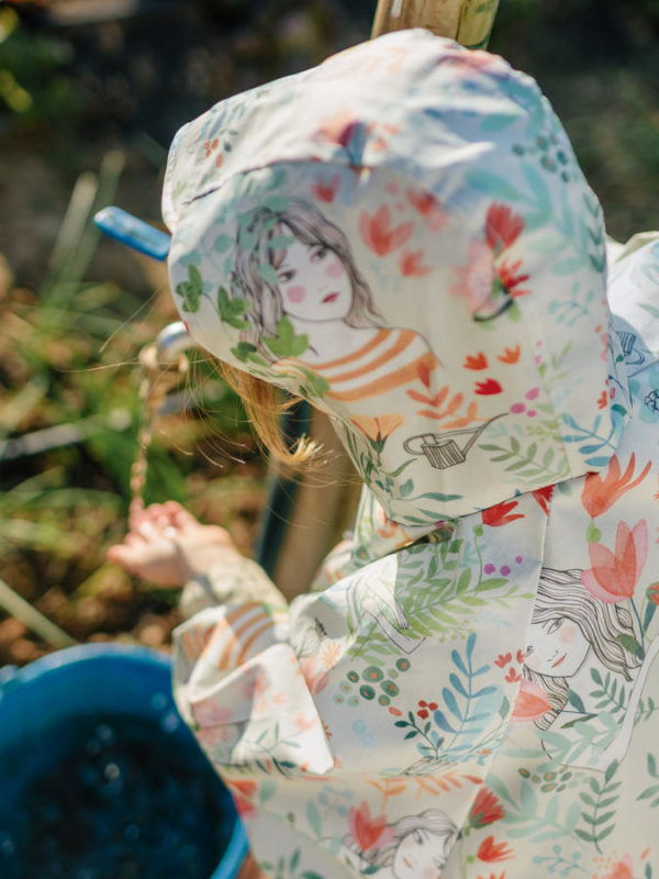Tela waterproof de motivos de chicas y flores, de Katia