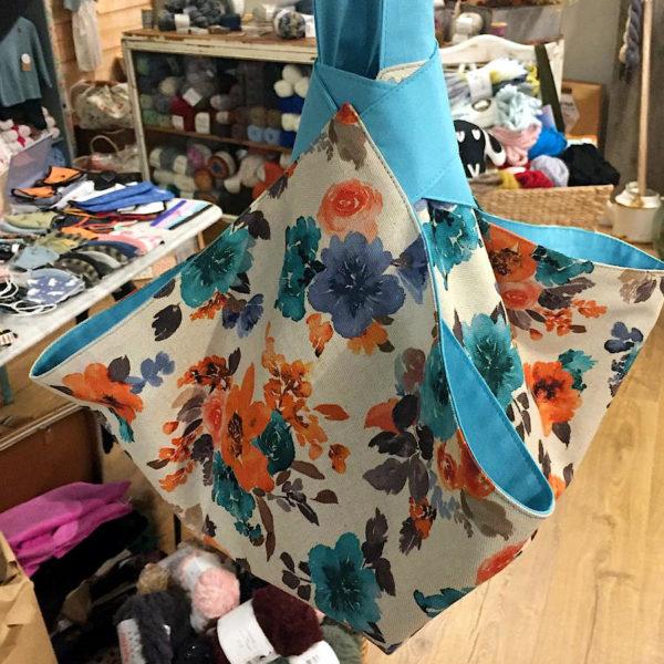 Bolsa portatartas de loneta con motivos florales y algodon azul, hecha a mano por CraftyLu