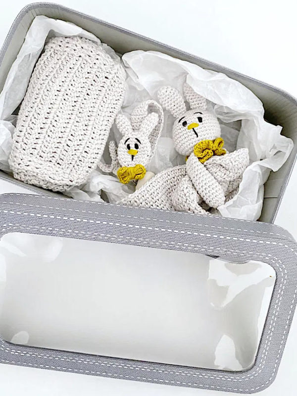 Detalle del Kit de regalo para bebés en caja, de Casasol